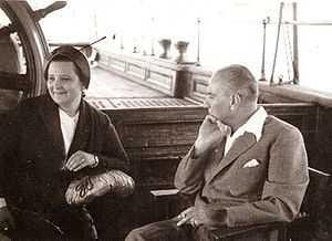 rp_300px-AtaturkWithAfetInan.jpg