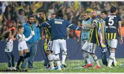 """Fenerbahçe'nin Şampiyonluk Kutlamasındaki """"Dilber Ay – Tavukları Pişirmişem"""" Şarkısının Sözleri"""