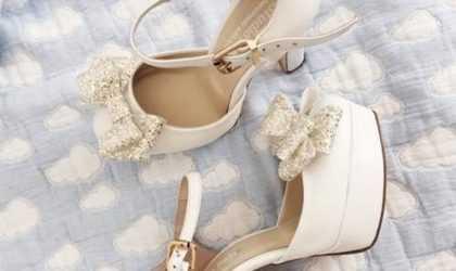 Siyah Beyaz Klasik Elbisenin Altına Hangi Renk Ayakkabı Giyilir?